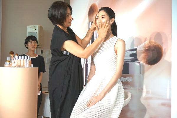 ライター撮影 千吉良恵子 メイクアップアーティスト メイク中