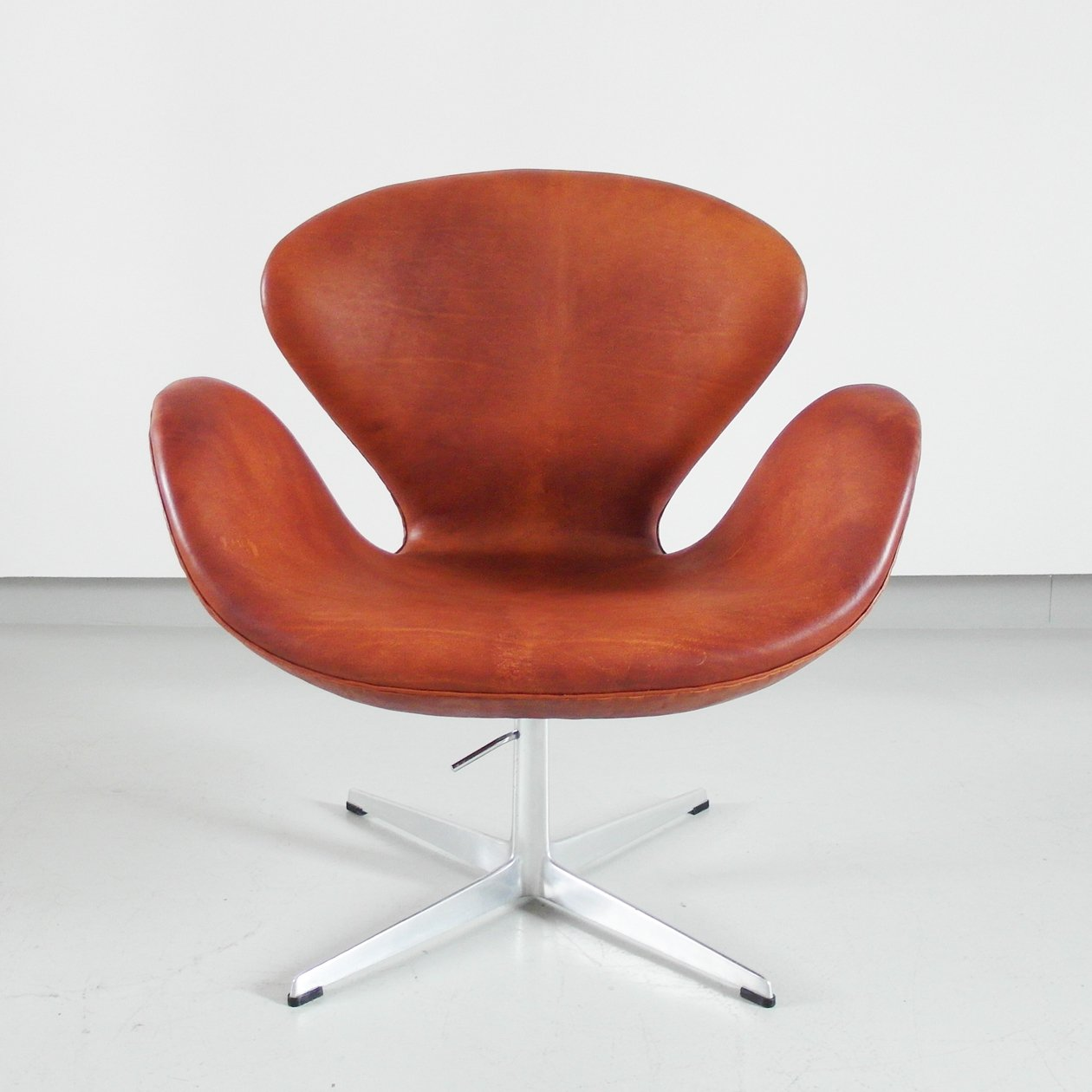 Arne Jacobsen Swan Chair Patinated Swan Chair By Arne Jacobsen, Edition 1975 | #89644