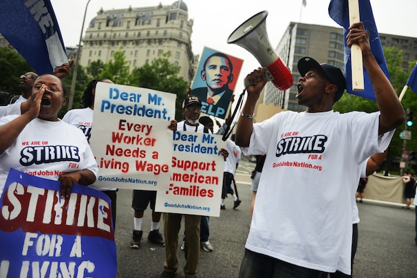 Low-wage workers picket outside federal buildings - The Washington Post