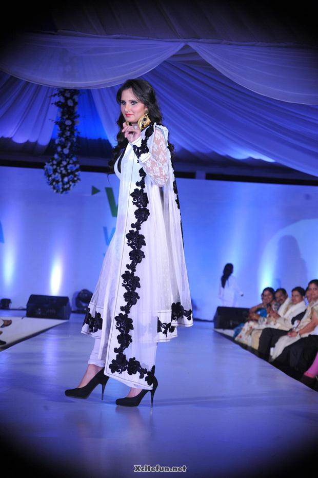 Cute Wallpapers Of Love Hearts Sania Mirza In White Dress On Ramp Xcitefun Net