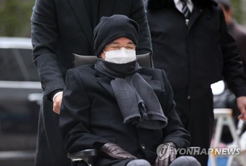 Lee Jae-hyun, the chairman of food and entertainment conglomerate CJ Group, in a wheelchair, is moved into a courtroom at the Seoul High Court, southern Seoul, on Dec. 15, 2015. (Yonhap)