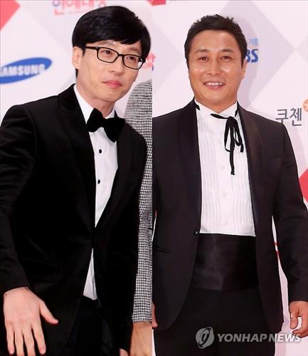 Comedians Yoo Jae-seok (L) and Kim Byung-man at the 2015 SBS Awards Festival (Yonhap)