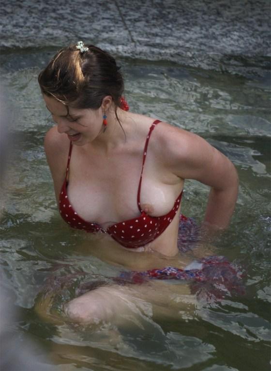 【エロ画像】女性達のハプニングいっぱいのおっぱい祭り 11