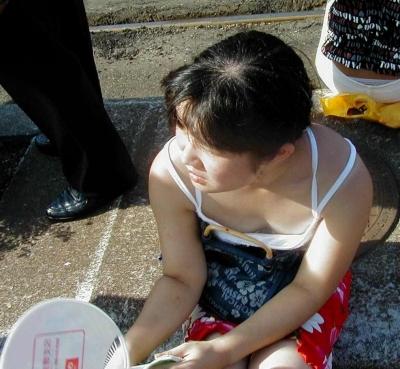 【エロ画像】女の子たちの楽しい&恥ずかしいおっぱいポロリ乳首チラハプニング画像集めてみましたWW 16