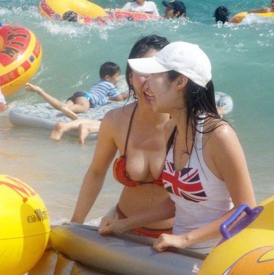 【エロ画像】女の子たちの楽しい&恥ずかしいおっぱいポロリ乳首チラハプニング画像集めてみましたWW【夏」