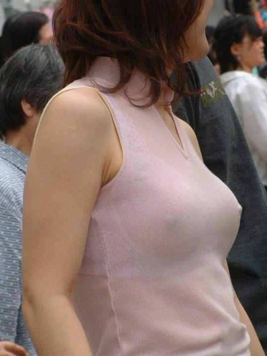 【乳首ポッチ画像】女の子のおっぱいハプニング!乳首のポッチが気になりますww 05