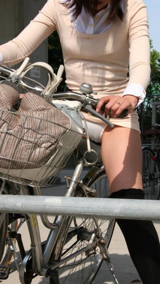 【パンチラ画像】女の子達が自転車を乗る時にミニスカートだとハプニングの嵐ですww 11