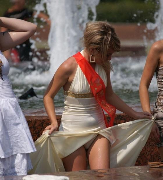 【パンチラ画像】男性たちが喜ぶハプニングそれは女の子たちのパンチラだ!!ww 05