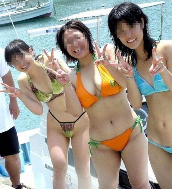 【ポロリ画像】ビーチでビーチク晒してるレディー達とお毛毛がでちゃってるレディーw 10