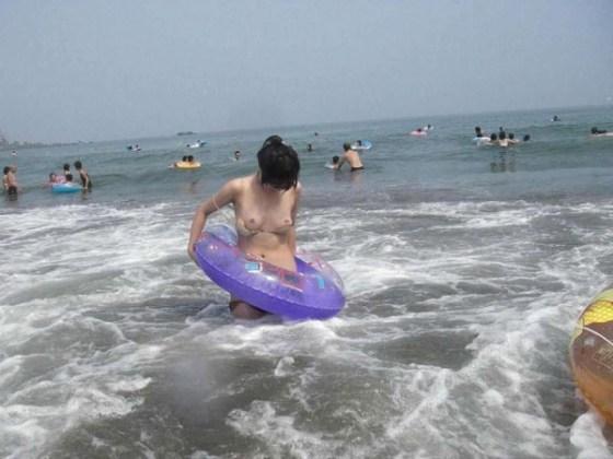 【ポロリ画像】ビーチでビーチク晒してるレディー達とお毛毛がでちゃってるレディーw 16