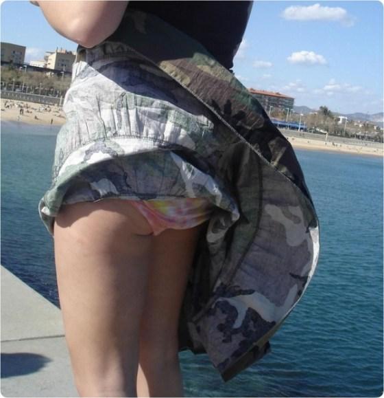 【ハプニング画像】待ちわびた瞬間が遂に来た時、スカートの中身が露わとなるw 07