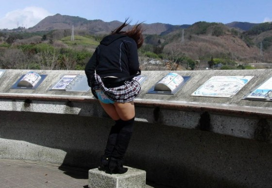 【パンチラ画像】気付いた頃にはもう遅し!ふわっとスカートめくれてパンチラ頂きましたwww