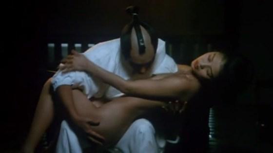 【濡れ場キャプ画像】女優が演じるベッドシーンが乳首丸出しで喘いでてヤバスwwww 05