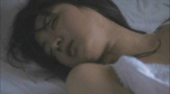 【濡れ場キャプ画像】女優が演じるベッドシーンが乳首丸出しで喘いでてヤバスwwww 19