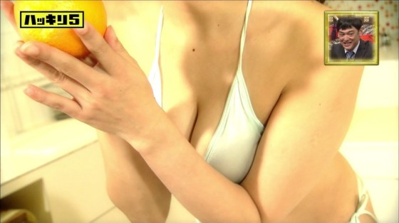 【水着キャプ画像】ビキニギャルがテレビではしゃぎすぎて巨乳がこぼれ落ちそうだwww 13