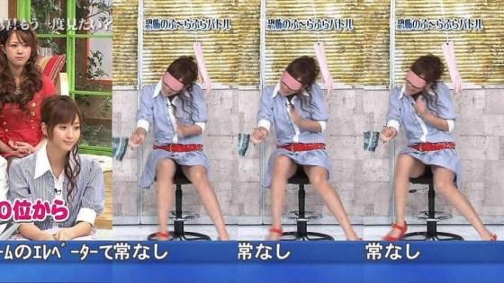 【パンチラキャプ画像】ユルユルお股から見える芸能人のエッチなパンティーwww 02