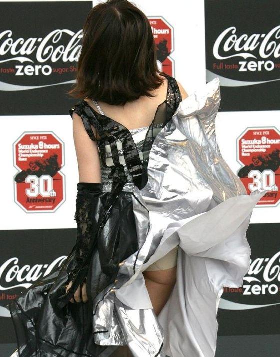 【パンチラハプニング画像】夏の軽いスカートはめくれやすく風ちらが見放題だぜww 15
