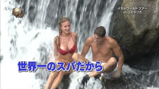 【水着キャプ画像】巨乳の半分以上見えちゃってるビキニ美女がテレビに映りまくりww 23