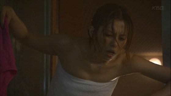 【温泉キャプ画像】バスタオル一枚でテレビに出るとやはり危険は多いのか?ww 19
