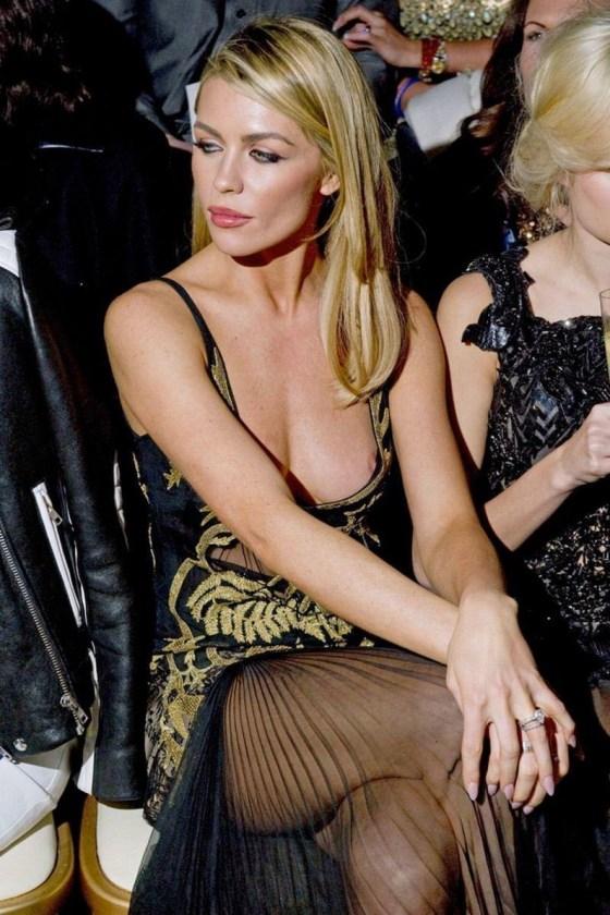 【ポロリ画像】海外の有名人達は乳首くら見えてても動じないww 09
