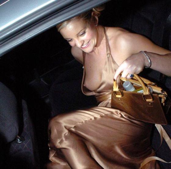 【ポロリ画像】海外の有名人達は乳首くら見えてても動じないww 14