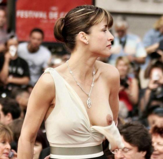 【ポロリ画像】海外の有名人達は乳首くら見えてても動じないww 17