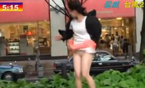 【パンチラ画像】風よもっと吹け!全ての女のスカートをめくるのだww 01