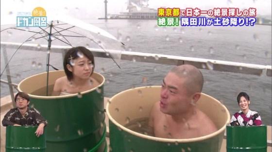 【温泉キャプ画像】温泉レポでバスタオルからはみ出す乳房がエロくてたまらんwww 03