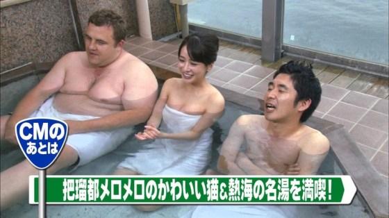 【温泉キャプ画像】温泉レポでバスタオルからはみ出す乳房がエロくてたまらんwww 05