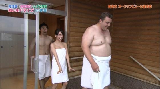 【温泉キャプ画像】温泉レポでバスタオルからはみ出す乳房がエロくてたまらんwww 06