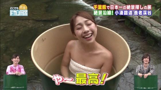 【温泉キャプ画像】温泉レポでバスタオルからはみ出す乳房がエロくてたまらんwww 20