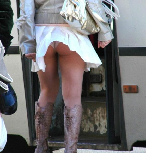 【ハプニングパンチラ画像】一瞬の出来事に興奮してしまう!素人のスカートが風に煽られて見えたパンツww 04