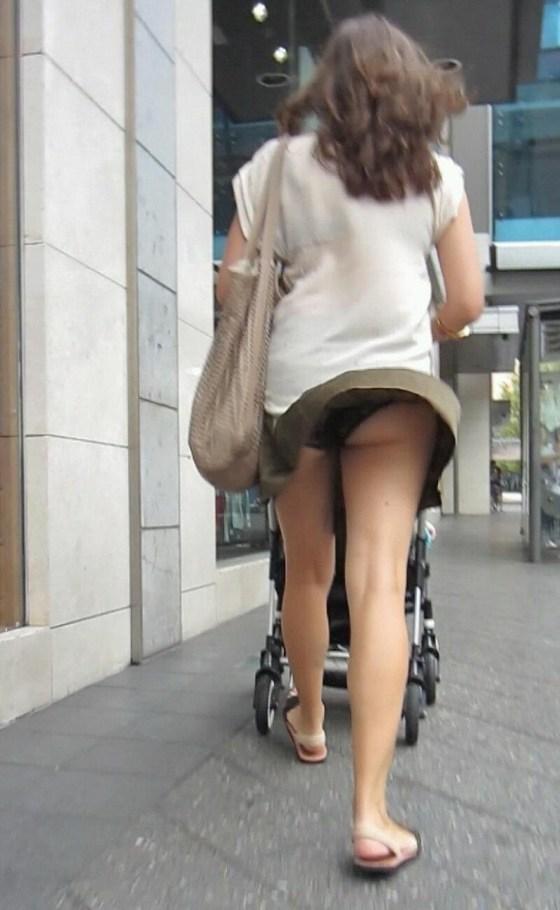 【ハプニングパンチラ画像】一瞬の出来事に興奮してしまう!素人のスカートが風に煽られて見えたパンツww 15