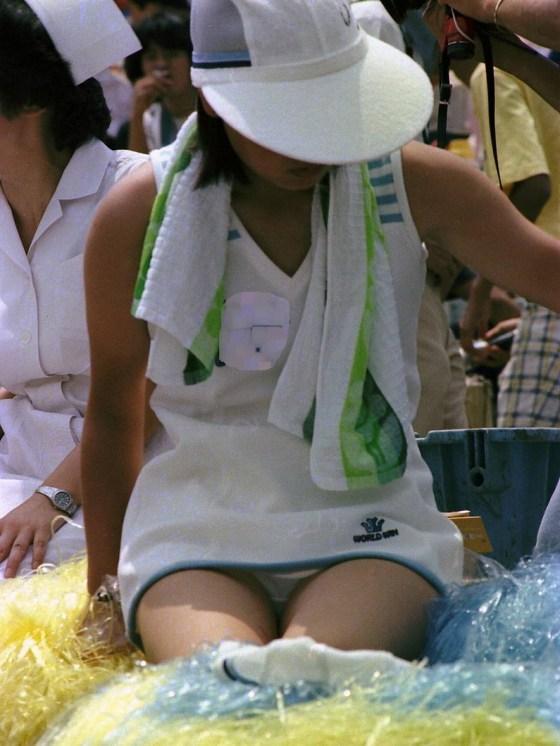 【甲子園エロ画像】この時期甲子園のスタンドはJKのパンツや透けブラが見放題になるww 17