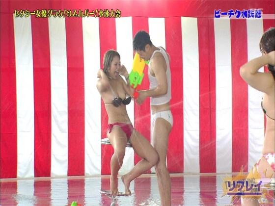 【お宝エロ画像】女優だらけのスカパー水泳大会で美女達が乳首刺激されて感じまくるww(ビーチク水鉄砲編) 36