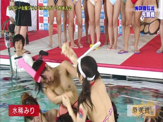 【お宝エロ画像】女優だらけのスカパー水泳大会!乳首映りまくりでもはや笑うしかないww(水中騎馬戦編) 11