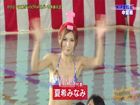 【お宝エロ画像】女優だらけのスカパー水泳大会!乳首映りまくりでもはや笑うしかないww(水中騎馬戦編) 27