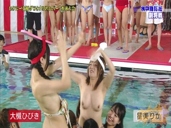 【お宝エロ画像】女優だらけのスカパー水泳大会!乳首映りまくりでもはや笑うしかないww(水中騎馬戦編) 43