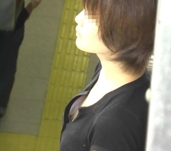【ポロリ画像】ふと見たら、乳首まで見えた!その乳首つまんで引っ張ったろかw 09
