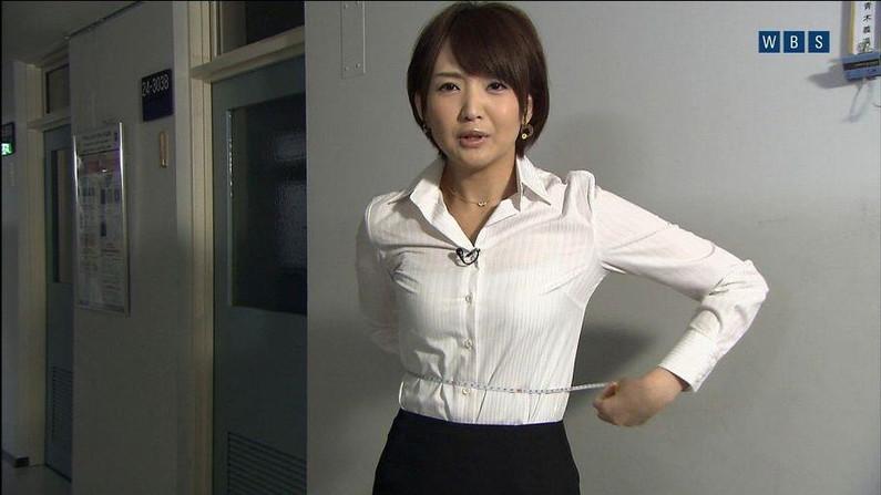 【透けブラキャプ画像】薄いシャツ何か着てるとブラジャー透けちゃってモロに見えちゃってますよww 24