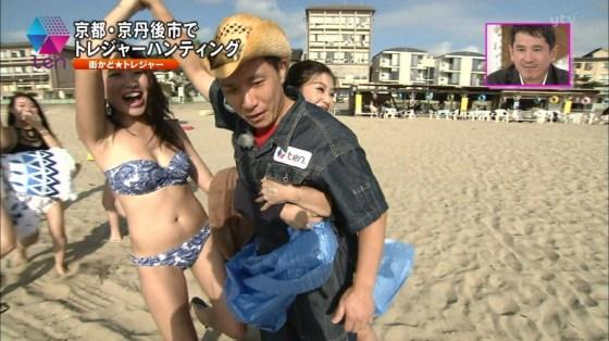 【水着キャプ画像】今年の夏も露出度高めの水着美女達がテレビに映ってオッパイ強調しまくりんごww 07