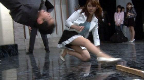 【パンチラ放送事故画像】女子アナやアイドルの見えてはいけない領域が見えた瞬間!! 15