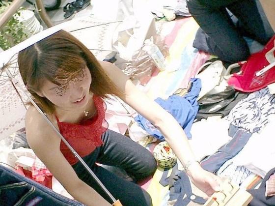 【乳首チラ画像】夏の薄着の女性は良く見たら乳首まで見えちゃってる人多すぎでしょww 05
