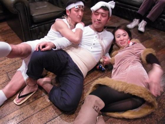 【パンチラキャプ画像】ミニスカ履いてるのに気が緩んじゃったらほら~!パンツ見えちゃったww 15