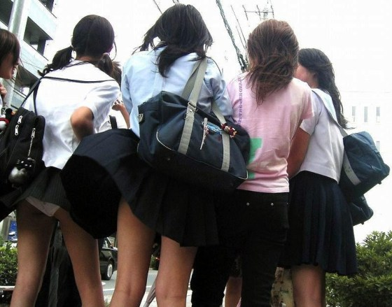 【パンチラハプニング画像】JKのスカートが風でめくれあがって大変な事になってるぞww 11