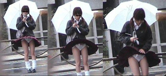 【パンチラハプニング画像】JKのスカートが風でめくれあがって大変な事になってるぞww 12