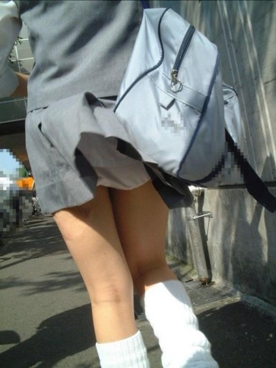 【パンチラハプニング画像】JKのスカートが風でめくれあがって大変な事になってるぞww 18