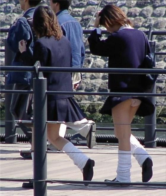 【パンチラハプニング画像】JKのスカートが風でめくれあがって大変な事になってるぞww 19