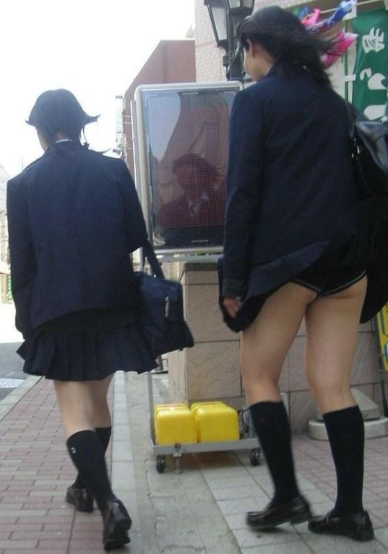 【パンチラハプニング画像】JKのスカートが風でめくれあがって大変な事になってるぞww 21