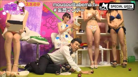 【水着キャプ画像】テレビで巨乳美女がビキニ着たらオッパイが下からもはみ出してるぞww 15